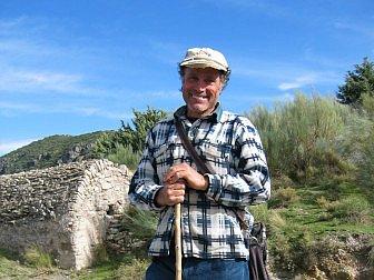 Foto vom zufriedenem Schäfer in der Berglandschaft der Sierra Nevada