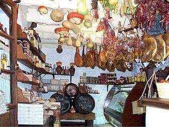 Foto vom traditionellem Ladengeschäft mit Produkten aus den Bergen