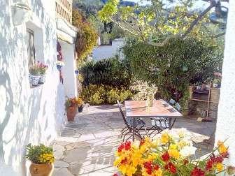 Foto von einem Terrassenecke in der Sonne mit Blumen