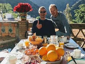 """Foto vom Frühstückstisch von """"Sierra y Mar"""" mit 2 zufriedenen Wanderern"""