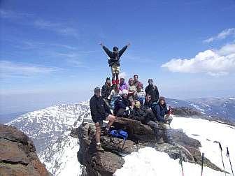 Foto von der Wandergruppe auf einem schneebedeckten Gipfel in der Sierra Nevada